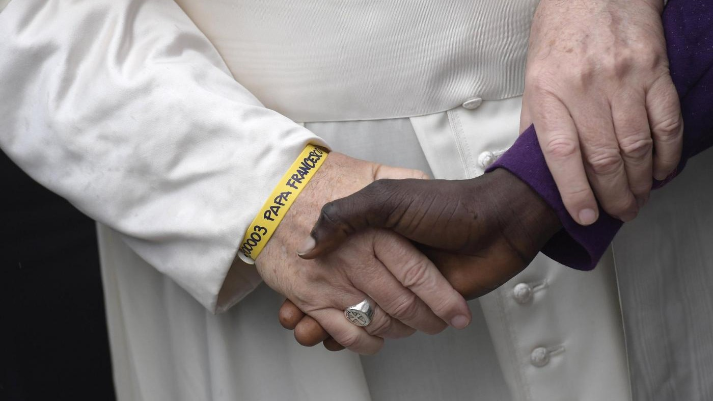 """Papa contro la corruzione dei politici. E ai migranti: """"Siete lottatori di speranza"""""""