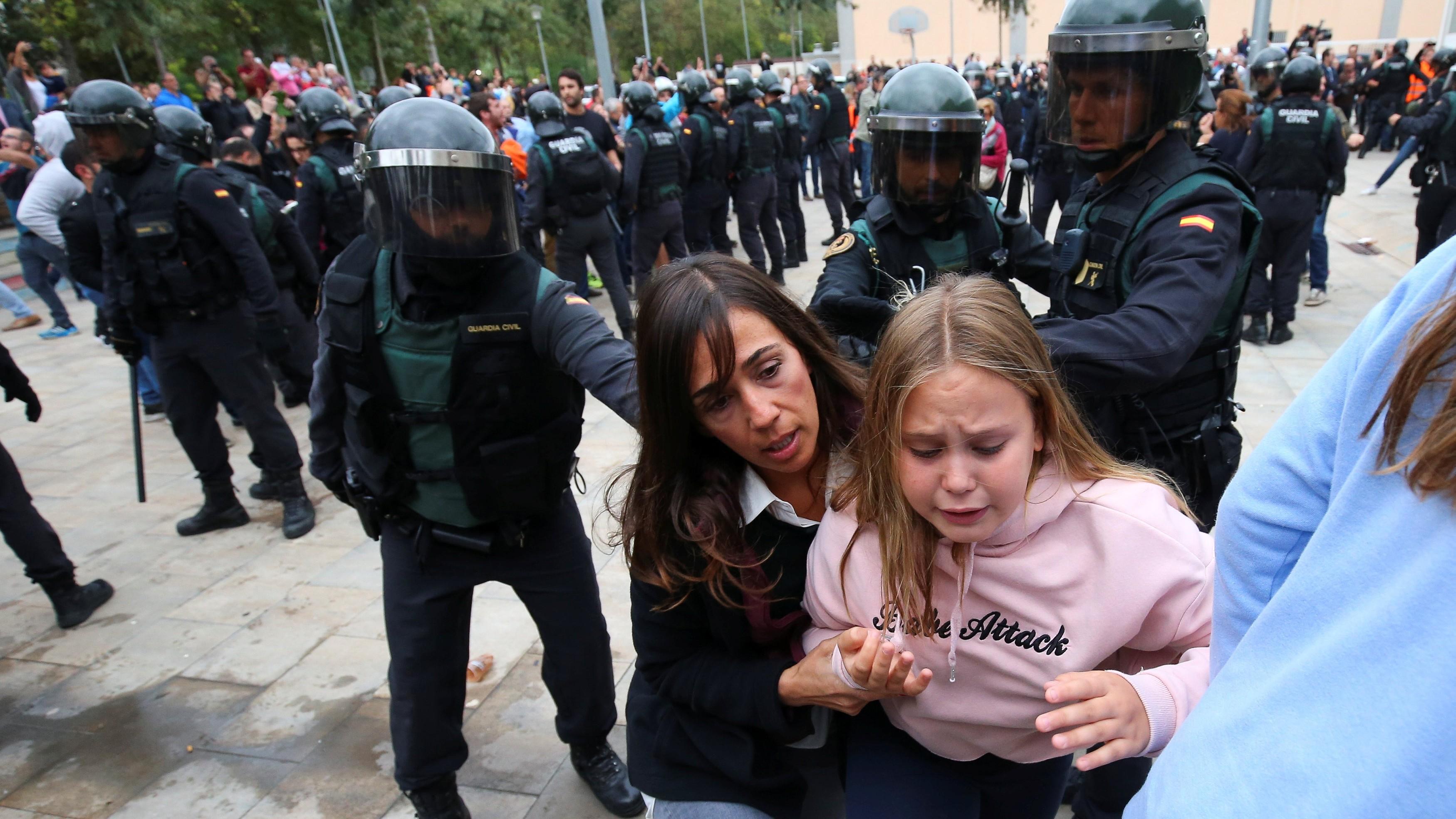 Referendum Catalogna, Guardia civil usa la forza: 38 feriti, 3 gravi