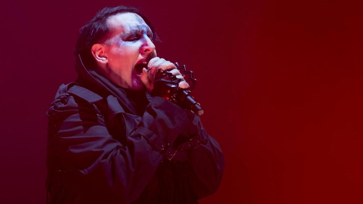 Crolla il palco durate il concerto: Marilyn Manson ricoverato d'urgenza / VIDEO