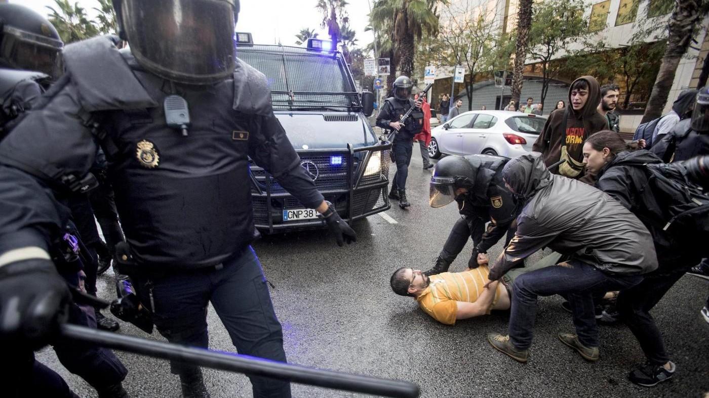 """Governo catalano accusa: """"Pestaggi contro bimbi e anziani"""""""