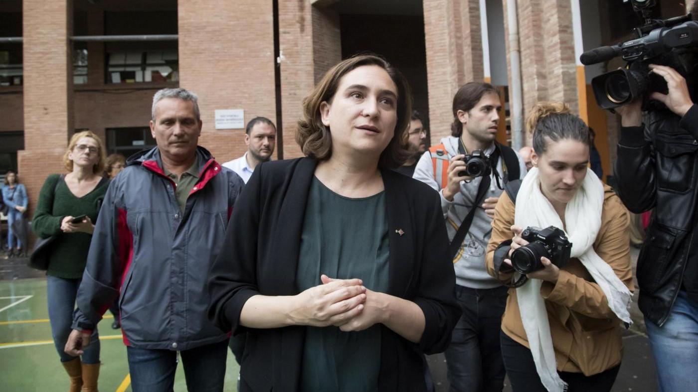 """La sindaca di Barcellona denuncia: """"Da polizia molestie sessuali"""""""