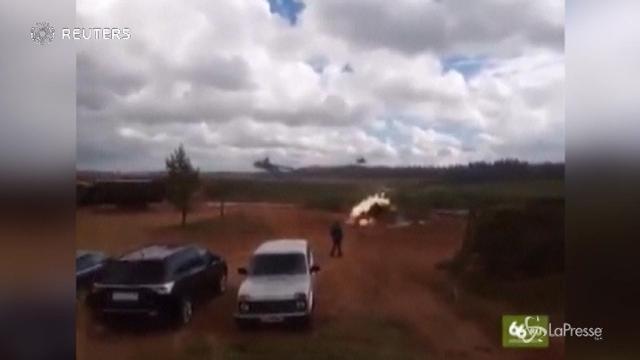 Russia, un elicottero spara per sbaglio alle macchine parcheggiate