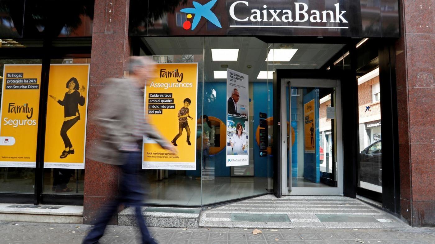 Catalogna, La Caixa sposta sede legale a Palma. A Madrid migliaia in piazza per l'unità