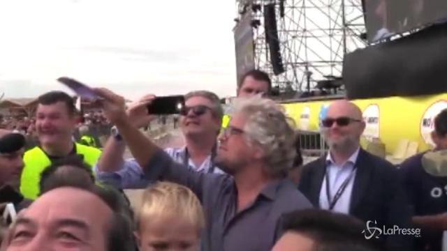 VIDEO Rimini, Grillo regala banconote ai giornalisti