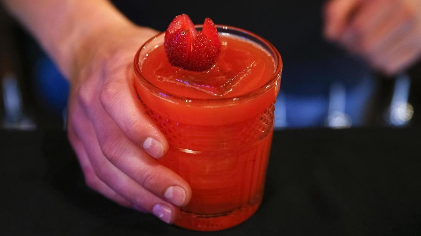 Un cocktail versato e scatta la lite: 17enne picchiato a colpi di casco