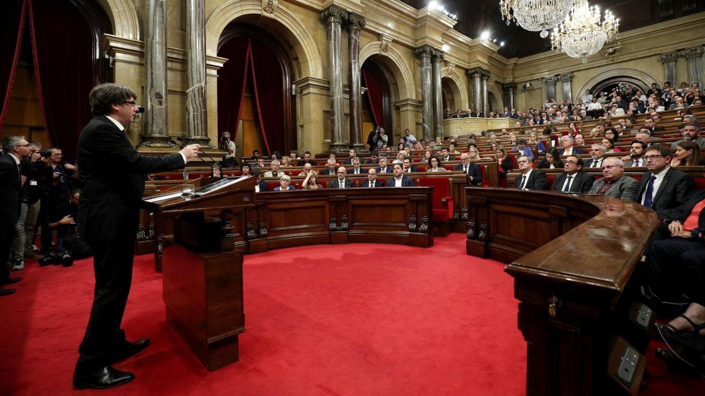 """Catalogna, Puigdemont: """"L'indipendenza è sospesa, ora dialogo"""". Madrid: """"Inammissibile"""""""