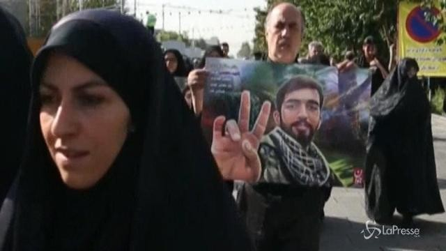 Iran, folla ai funerali del soldato ucciso dall'Isis