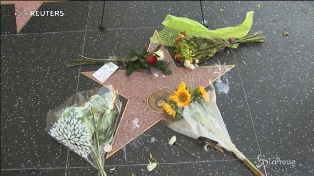 Los Angeles: fiori sulla stella della Walk of fame di Hugh Hefner