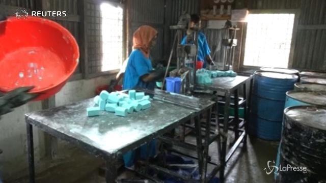 Bangladesh, i Rohingya lavorano alla produzione di sapone