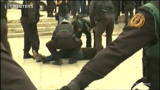 Barcellona, la polizia spagnola davanti ai seggi elettorali a Girona