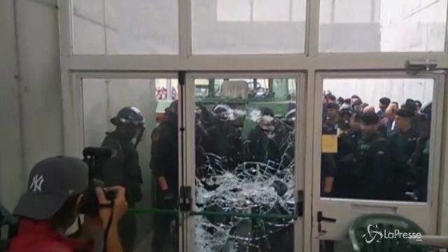 L'irruzione della polizia nel seggio di Girona