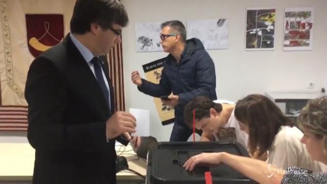 Carles Puigdemont vota al referendum per l'indipendenza