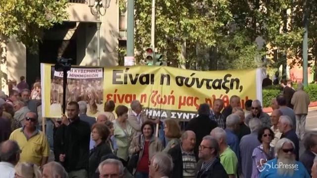 VIDEO Grecia, in centinaia in piazza contro i tagli alle pensioni