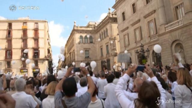 Barcellona chiede il dialogo: tutti in piazza vestiti di bianco