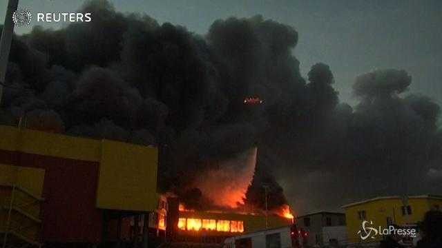 Russia, incendio in un centro commerciale