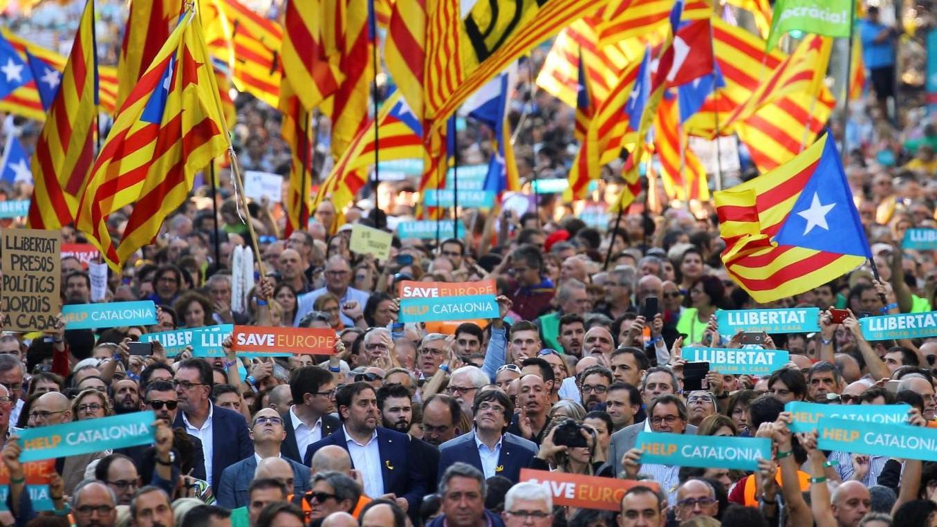 Catalogna, Rajoy destituisce Puigdemont. In 450mila scendono in piazza a Barcellona