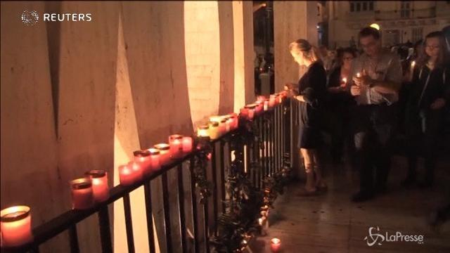 Migliaia di candele per ricordare la blogger uccisa a Malta