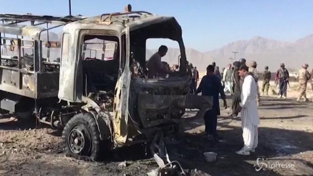 Pakistan, autobomba contro camion polizia: almeno 6 morti