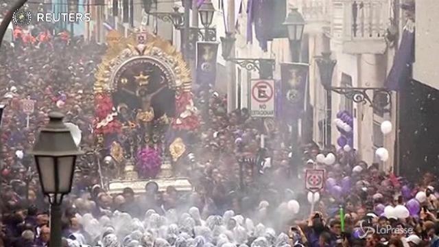 """Perù, migliaia in marcia per adorare il """"Signore dei Miracoli"""""""
