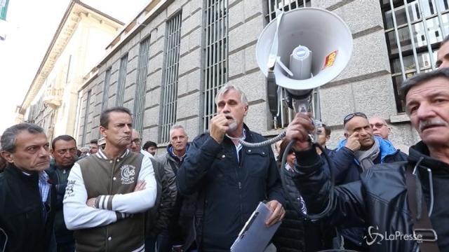 Milano, tassisti in strada contro la concorrenza sleale di Uber