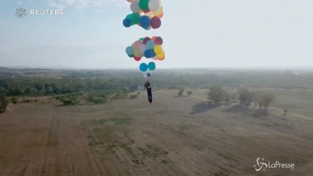 In volo con una sedia e 100 palloni d'elio