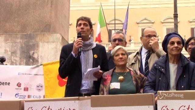 La consegna delle firme per l'abolizione della legge Bossi-Fini