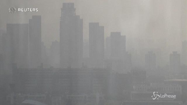 Cina: Tianjin avvolta dalla nebbia, chiuse le autostrade