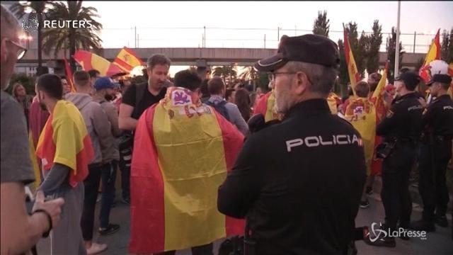 Barcellona, dimostranti contro l'indipendenza catalana