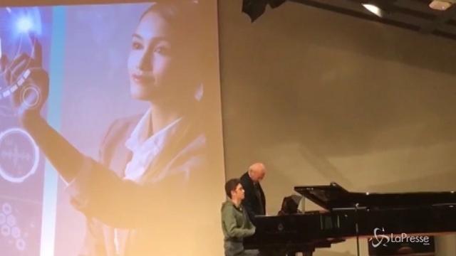 Piero Angela al pianoforte con un giovane studente