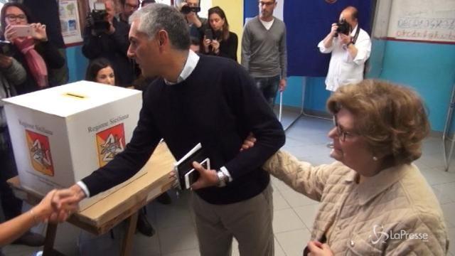 Regionali Sicilia: Micari al seggio a braccetto con la mamma