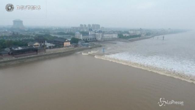 Cina, lo spettacolo delle onde del fiume Qiantang