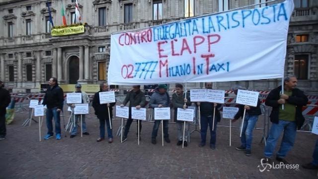 Milano, tassisti protestano a Palazzo Marino