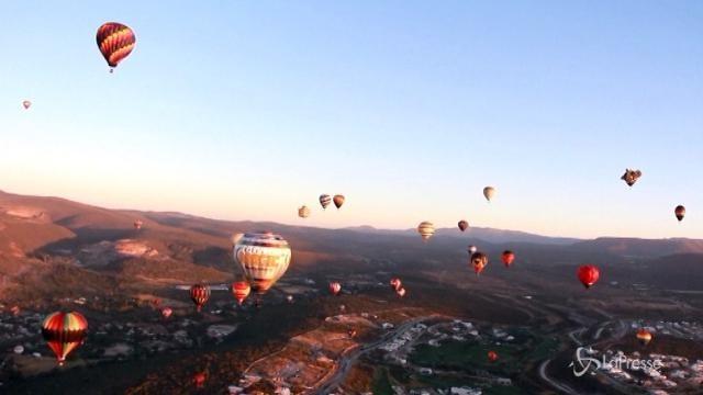 Messico, le mongolfiere colorano il cielo della città di León