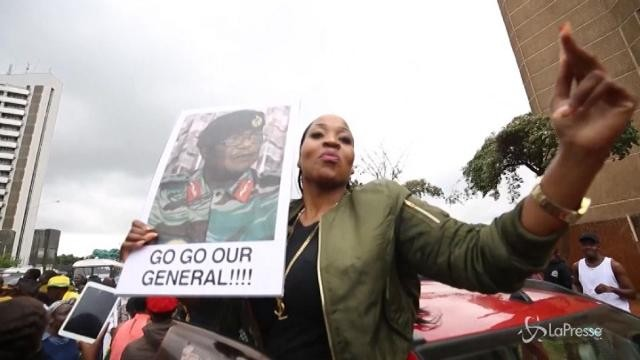 """Zimbabwe, la protesa dei cittadini di Harare: """"Mugabe must go"""""""