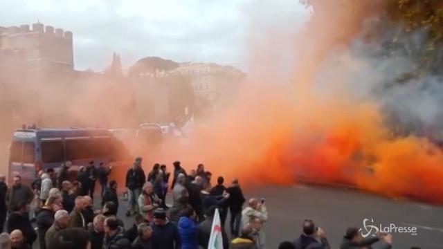 Roma, petardi e fumogeni allo sciopero dei tassisti