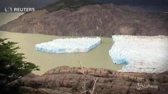 Cile, iceberg enorme si stacca dal ghiacciaio
