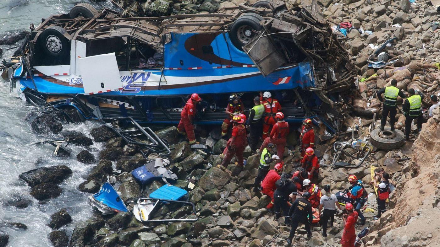 Perù, autobus vola sulla scogliera. Le vittime sono 48