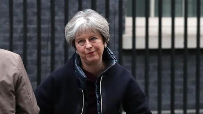 Gb, Theresa May avvia il rimpasto. Subito una mezza gaffe