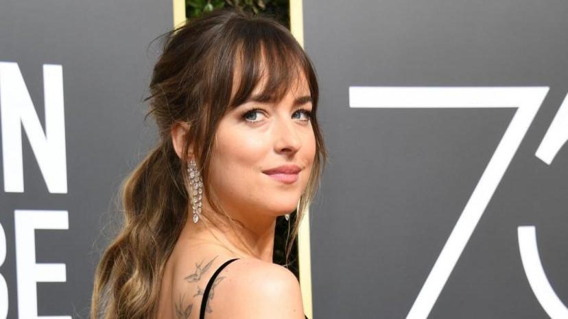 Golden Globe, Dakota Johnson 'una di noi': ecco cosa fa mentre Jennifer Aniston è sul palco