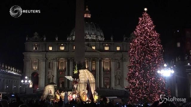 Vaticano, svelato l'albero di Natale e il presepe 2017