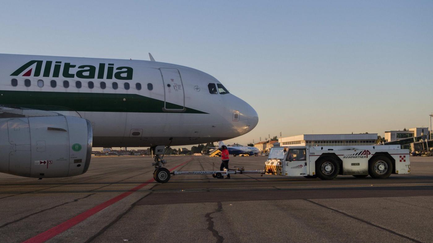"""Calenda: """"Su Alitalia tre offerte. Presto la decisione"""""""