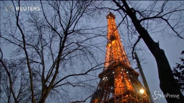 Luci e addobbi: la torre Eiffel si trasforma per Natale