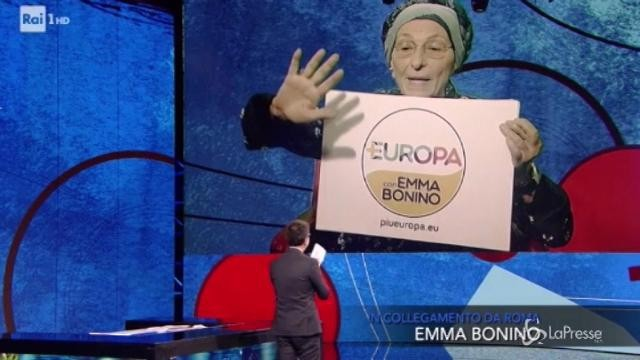 Emma Bonino mostra il simbolo della sua lista +Europa da Fazio