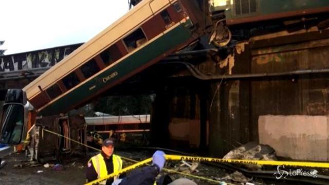Usa, treno deraglia e precipita da un ponte