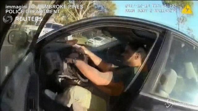 Usa, tenta di fermare un'auto: il poliziotto viene trascinato