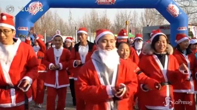 Pechino, la corsa dei Babbi Natale il giorno dell'antivigilia