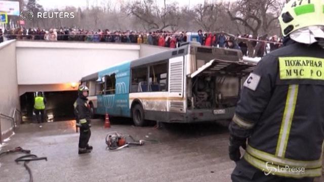 Mosca, bus sulle scale della metro: almeno 5 morti