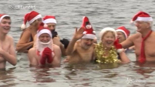 In Germania il tuffo di Natale nel lago Orankesee