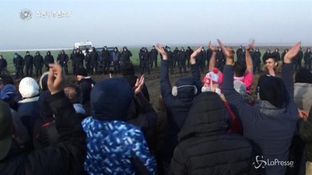 """La protesta dei migranti al confine serbocroato: """"Lasciateci passare, siamo umani"""""""