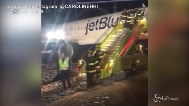 Aereo scivola sulla pista nell'aeroporto di Boston, nessun ferito